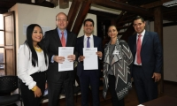 El alcalde encargado Andrés Rugeles, en compañía de sus dos secretarias y el viceministro de Vivienda.