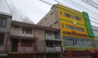 Bomberos tratan de controlar el incendio.