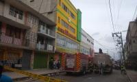 Cerca de las 4:00 p.m. se registró un voraz incendio en el local Súper Rey de los Remates.