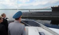 Fotografía de archivo que muestra al presidente ruso, Vladímir Putin (2i), durante una visita a un submarino durante el Día de la Marina en Severomorsk (Rusia).