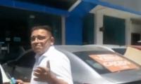 Rafael Martínez abordando un vehículo tras salir de audiencia de conciliación.