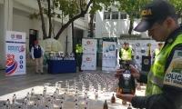 La Policía incautó 1.632 litros de licor de contrabando.