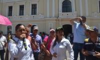 Protesta de los docentes del Distrito frente a la Alcaldía.