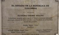 Placa en homenaje al expresidente y senador Alvaro Uribe Vélez.
