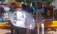 Con carteles los participantes en el plantón rechazaron el asesinato de líderes sociales.