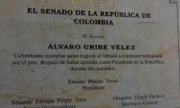 Placa en homenaje a Uribe puesta por Ernesto Macías en el Congreso