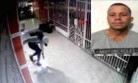 El presunto delincuente cuando salía de la vivienda y su foto en la parte superior.