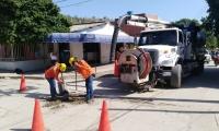 Con mantenimientos preventivos del servicio de alcantarillado