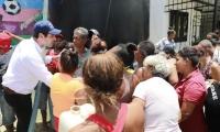 Luis Miguel Cotes compartió con los habitantes las propuestas para superar la necesidad de agua.
