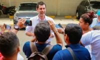 El Mello dando declaraciones a la prensa en el parqueadero del restaurante Alfaix.