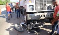 La motocicleta quedó debajo de las llantas delanteras del camión.