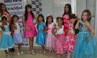 Participantes del concurso Miss Teen Internacional y la actual reina Infantil, Kaylen Rojas Morales.