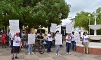 La Fundación José Barros Palomino junto con varias organizaciones, realizaron un plantón frente a la Alcaldía como protesta a la falta de pago de la administración municipal.