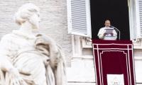 """El Papa Francisco invitó a los fieles a rezar para mostrar """"cercanía a los migrantes y refugiados del mundo entero""""."""