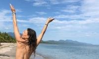 La actriz Natalia Durán en una playa de Buritaca