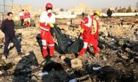 Autoridades rescatan los cuerpos de las víctimas del accidente en Teherán.
