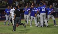 Vaqueros celebran tras que el umpire cantara el out 27 por interferencia de Erick Salcedo.