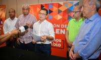 Momento en que Carlos Caicedo firmó el decreto para el pago a los docentes.