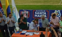 Momentos cuando la alcaldesa firmaba el convenio con el 'Ciclón'.