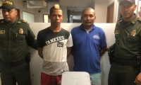 Los dos capturados por la Policía robando luminaria.