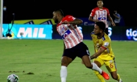 Freddy Hinestroza disputando el balón con Daniel Rojano.