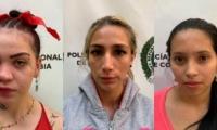 Presuntas delincuentes detenidas en Medellín.