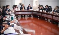 Carlos Caicedo sentado junto al presidente Iván Duque en un encuentro en Casa de Nariño.
