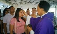 Católicos cumplieron con la cita en las iglesias de Santa Marta.