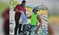 Entrega de mercados a estudiantes en condición de discapacidad.