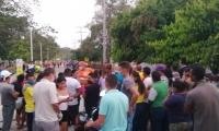 Aglomeraciones en las afueras del estadio donde convocaron la entrega de mercados solidarios.