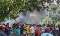La comunidad cerró la vía que comunica Aracataca con Fundación.