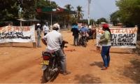 Vigilantes voluntarios en las entradas a Guamal.