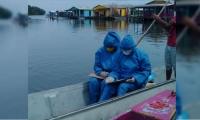 Los mensajeros pedagógicos van casa por casa a bordo de una canoa.