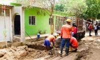 El desbordamiento de agua que inundó las calles en el barrio prendió la alarma en los habitantes del sector.