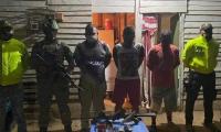 En la operación incautaron dos pistolas, una mini uzi, una escopeta, municiones y cuatro celulares