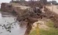 La erosión quedó registrada en un video, en el cual se observa como poco a poco el afluente va derrumbando el terraplén.