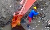"""Corrección de fuga en la tubería de conducción de 20"""" GRP 'Mamatoco - San Jorge'."""