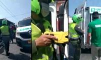 En las imágenes se ve a uno de los patrulleros sacando un táser.