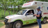 Este es el momento en que las autoridades llegan adonde está la ambulancia detenida.