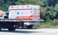 Una de las nuevas ambulancias entregada por la gobernación se quedó varada en la Y de Ciénaga y tuvo que asistirla un carro taller para desvararla.