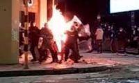 Policías fueron quemados con explosivos.