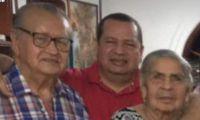 Javier Cabarcas Pinedo (centro) junto a sus padres.