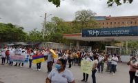 Protesta en frente al HUJMB.