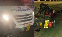 Ambulancia y moto involucrados en el accidente.