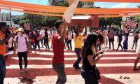 Un cajón en las protestas llamó la atención de los diputados, entre ellos a Jair Mejía.