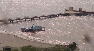 Según la Armada, desde septiembre de 2016 permanece el barco abandonado en la playa.
