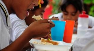 El programa de alimentación escolar beneficia a los niños estudiantes.