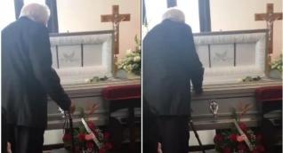 Abuelo cantando a su esposa muerta.