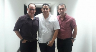 Arturo Enrique Tuirán (centro) se tomó una foto con su abogado (izquierda) tras su liberación por irregularidad en la captura.