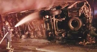 Bomberos apagando las llamas del incendio.